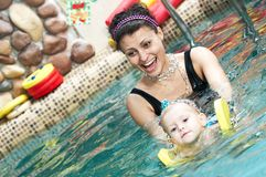 Kleines Mädchen und mothe in der Schwimmen Lizenzfreie Stockfotos