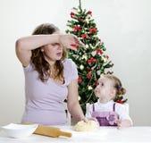 Kleines Mädchen und Mutter bereiten Plätzchen zu Lizenzfreie Stockfotos