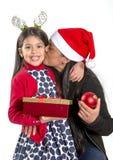 Kleines Mädchen und Mutter, die Weihnachten vorhanden küsst und gibt lizenzfreie stockbilder