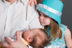 Kleines Mädchen und neugeborenes Schätzchen Stockbild
