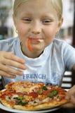 Kleines Mädchen und Pizza Stockbild