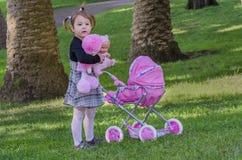 Kleines Mädchen und Puppen Stockbilder