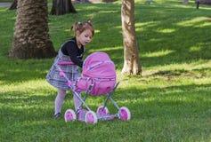 Kleines Mädchen und Puppen Lizenzfreies Stockfoto