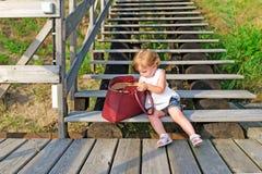 Kleines Mädchen und rote Tasche Stockfoto