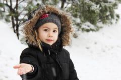 Kleines Mädchen und Schneeflocken stockfotos