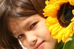 Kleines Mädchen und Sonnenblume Lizenzfreie Stockfotografie