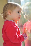 Kleines Mädchen und Spiegel Lizenzfreies Stockbild