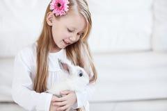 Kleines Mädchen und weißes Kaninchen Stockfotos
