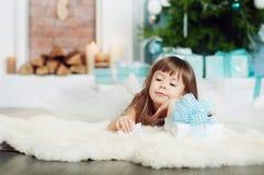 Kleines Mädchen unter dem Baum auf Weihnachten Stockbilder