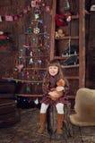 Kleines Mädchen unter dem Baum auf Weihnachten Stockbild