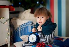 Kleines Mädchen unter dem Baum auf Weihnachten Stockfotografie