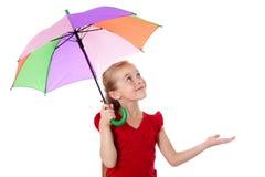 Kleines Mädchen unter dem Regenschirm, der oben schaut Lizenzfreies Stockbild