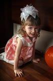 Kleines Mädchen-Verstecken Stockfotos