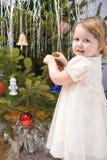 Kleines Mädchen verziert Weihnachtsbaum Lizenzfreie Stockfotos