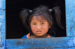 Kleines Mädchen vom Dorf der tibetanischen Flüchtlinge lizenzfreie stockfotos