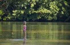 Kleines Mädchen von Natur aus umgeben. Stockbild