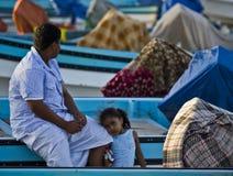 Kleines Mädchen von Oman und ihr Vati in einer Bootsablagerung stockfotografie
