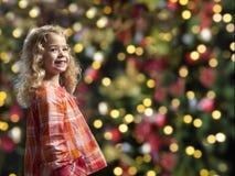 Kleines Mädchen vor einem chrismas Baum lizenzfreies stockfoto