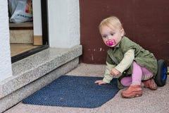 Kleines Mädchen vor Tür Stockfotos