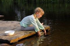 Kleines Mädchen wäscht sich oben Lizenzfreie Stockbilder