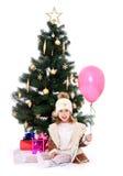 Kleines Mädchen am Weihnachtsbaum Stockfotografie