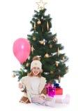 Kleines Mädchen am Weihnachtsbaum Stockbilder