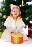 Kleines Mädchen am Weihnachtsbaum Stockbild