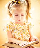 Kleines Mädchen, welches das Buch liest Lizenzfreie Stockbilder