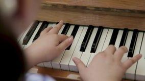 Kleines Mädchen, welches das Klavier spielt stock footage