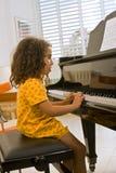 Kleines Mädchen, welches das Klavier spielt lizenzfreie stockfotografie