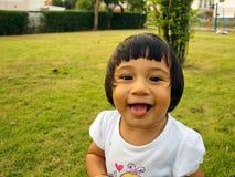 Kleines Mädchen, welches das Lächeln spielt Lizenzfreies Stockbild