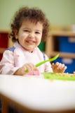 Kleines Mädchen, welches das Mittagessen im Kindergarten isst lizenzfreie stockbilder