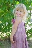 Kleines Mädchen, welches das schöne Kleidlächeln trägt Lizenzfreies Stockbild