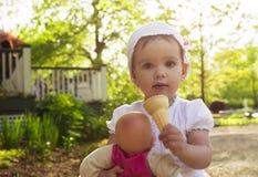 Kleines Mädchen, welches die Eiscreme im Freien isst Lizenzfreie Stockfotografie