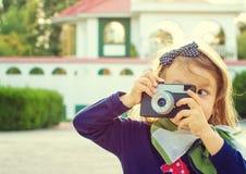 Kleines Mädchen, welches die Fotos im Freien macht Stockbild