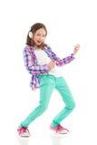 Kleines Mädchen, welches die Luftgitarre spielt Stockbild