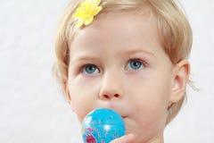 Kleines Mädchen, welches die Welt küßt Lizenzfreies Stockfoto