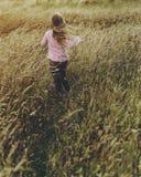 Kleines Mädchen-Wiesen-Natur-draußen Konzept lizenzfreies stockbild