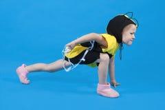 Kleines Mädchen wird am Bienenkostüm gekleidet Lizenzfreie Stockfotos