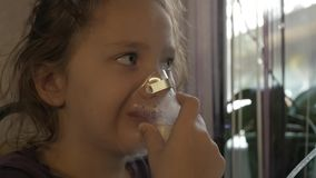 Kleines Mädchen wird für eine Kälte behandelt Langsame Bewegung stock video