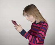 Kleines Mädchen wird Nachrichten schlecht Stockfotos