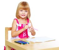 Kleines Mädchen zeichnet Lizenzfreie Stockbilder