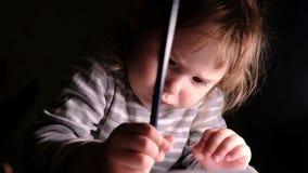 Kleines Mädchen zeichnet mit Sorgfalt einen Bleistift auf einem Blatt Papier, Zeitlupe stock video