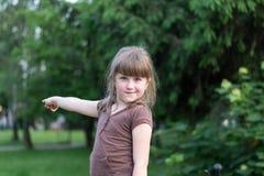 Kleines Mädchen zeigt seine Hand stockfotografie