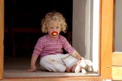 Kleines Mädchen zu Hause Stockfotos