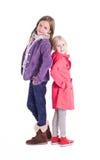 Kleines Mädchen zwei, das zusammen aufwirft Stockfoto