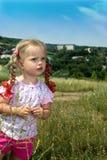 Kleines Mädchen zwei im grünen Gras. Stockfotografie