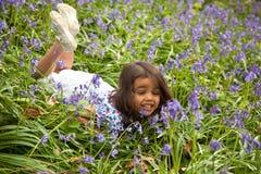 Kleines Mädchen zwischen sprinfglowers Lizenzfreie Stockfotografie