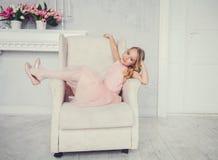 Kleines Mädchenkindermodell im schönen Kleid lizenzfreie stockfotos