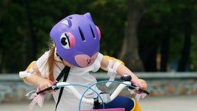 kleines M?dchen auf Fahrrad stock footage